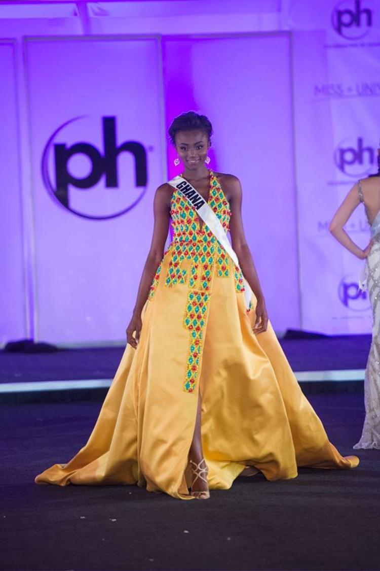 Bộ đầm màu vàng cam này dường như muốn nuốt trọn người đẹp Ghana. Chất liệu vải thô cứng làm cho người mặc kém sang thấy rõ. Không biết những họa tiết viền màu mè có liên quan gì tới bộ trang phục cô ấy đang mặc hay không?