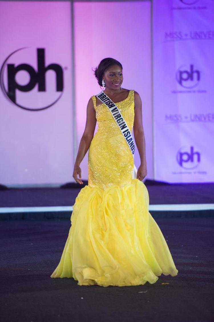 """Thí sinh Khephra Sylvester đến từ British Virgin Islands quá quê mùa với kiểu váy lỗi thời, màu sắc lòe loẹt. Không chỉ vậy, bộ trang phục hoàn toàn không phù hợp với vóc dáng """"phì nhiêu"""" của cô."""