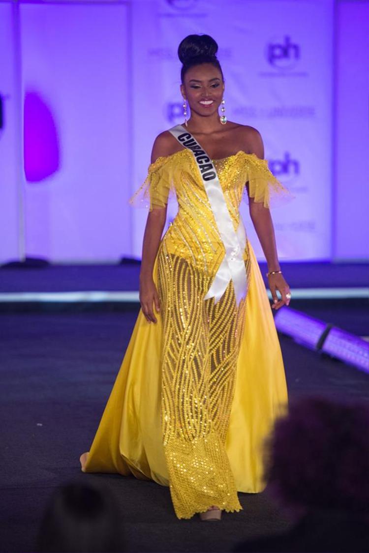Đầm dạ hội của người đẹp Curacao mất điểm bởi chất liệu vải thô cứng, họa tiết không liên quan. Không biết nhà thiết kế tạo chi tiết voan lưới mỏng trên phần cúp ngực để làm gì.