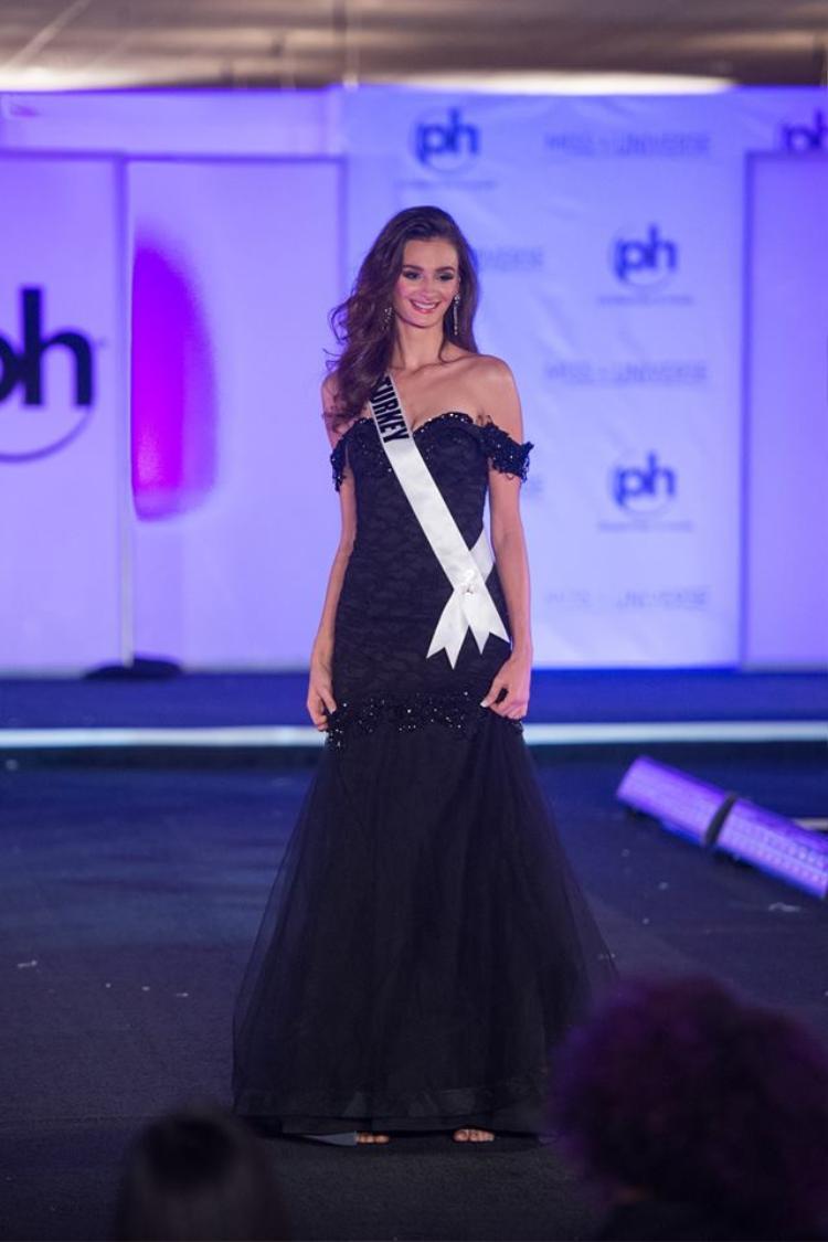 Không ai nghĩ rằng hoa hậu Turkey có thể dám mang một bộ đầm có kiểu dáng váy cưới trong một màu đen như thế này.