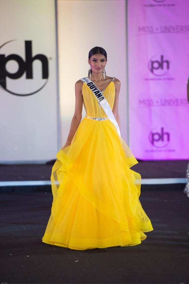 Màu sắc sặc sỡ nhưng kiểu dáng quê mùa khiến bộ trang phục của đại diện Guyana trông nhếch nhác, kém sang. Trông cô giống như một người hát bội hơn là một hoa hậu đang trình diễn trên sân khấu.