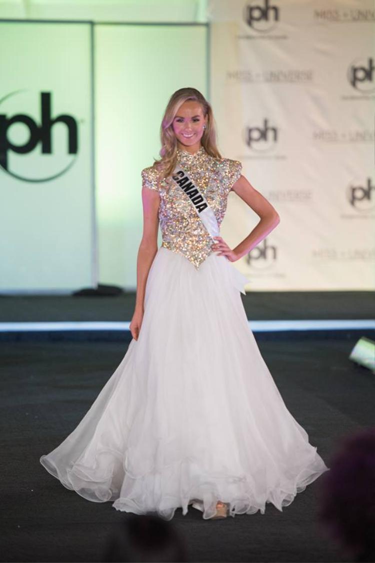 Hoa hậu Canada Lauren Howe như một phụ nữ trung niên vì sự lựa chọn sai lầm. Bộ trang phục không tôn lên vóc dáng của người đẹp.