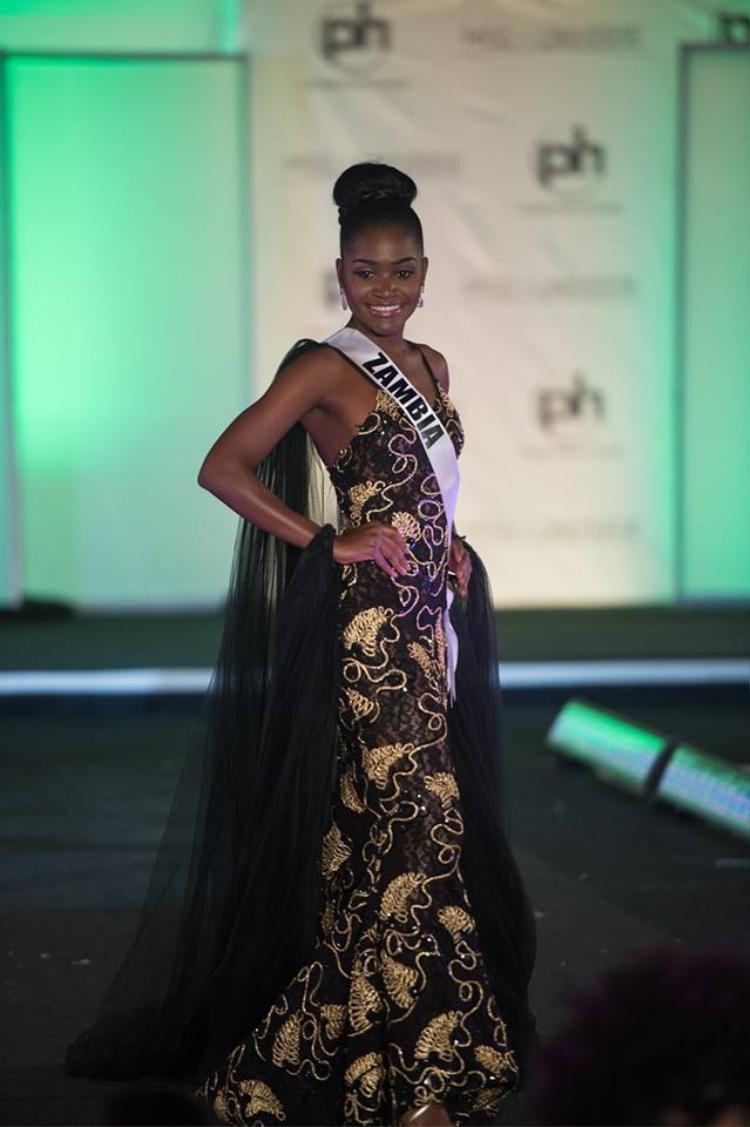 Từ cách phối màu cho đến ý tưởng thiết kế của bộ đầm dạ hội mà hoa hậu Zambia chọn đều gây thất vọng tràn trề.