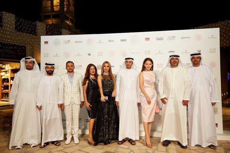 Nữ ca sĩ chụp ảnh kỷ niệm cùng những vị khách trong gia đình hoàng tộc Dubai.