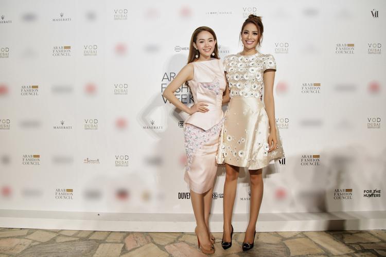 Hai người đẹp của showbiz Việt cùng đọ dáng trên thảm đỏ Dubai, hoa hậu Phạm Hương thanh lịch bên cạnh Minh Hằng trẻ trung, tự nhiên.