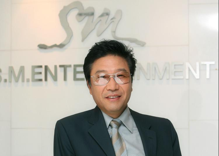 Lee Soo Man - chủ tịch SM Ent - một trong ba công ty giải trí lớn nhất Hàn Quốc.