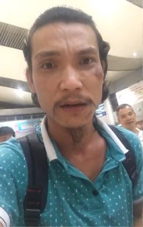 Nam hành khách livestreamn tại sân bay. Ảnh cắt từ clip.