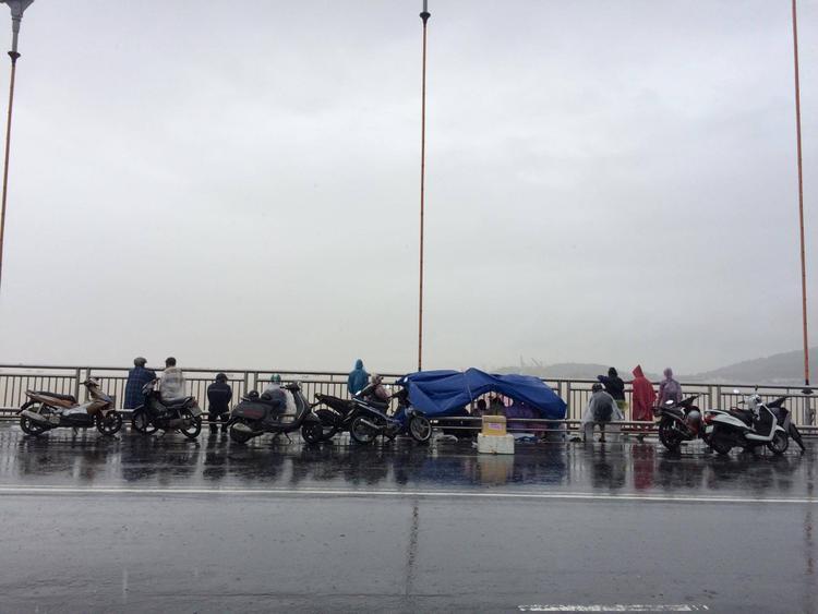 Người thân túc trực trên cầu Thuận Phước để ngóng chờ tin tức của các nạn nhân.
