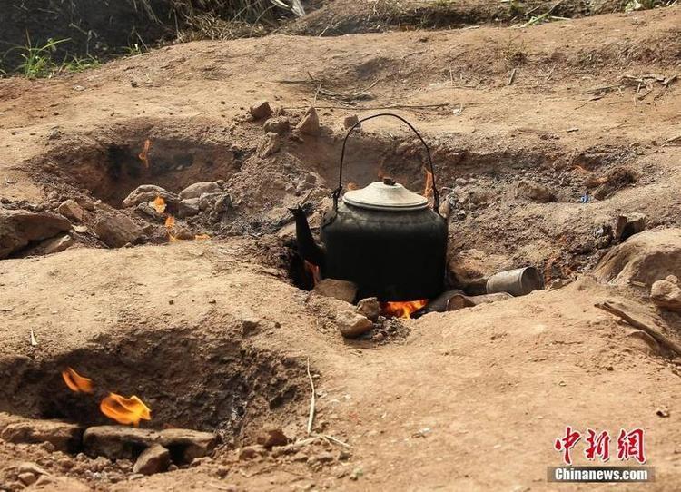 Hiện tượng này không chỉ mới xảy ra mà nó đã cháy âm ỉ suốt 50 năm qua, do đó người dân ở đây cũng chẳng còn lạ lẫm nữa. Tận dụng ngọn lửa sẵn có, người dân đã đào hố, đặt ấm đun nước và nấu ăn tại đây.
