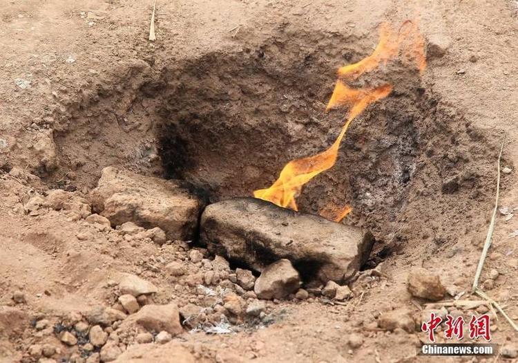 Sau khi chôn lấp, một lượng khí tự nhiên vẫn bốc lên và cháy cho tới tận bây giờ. Ngay cả khi mưa nhỏ, ngọn lửa vẫn không bị dập tắt.
