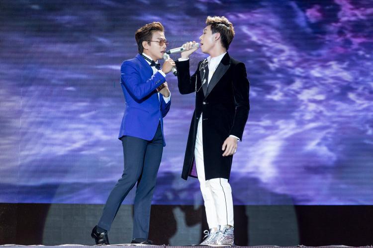 """Minh Dũng và Erik """"mùi mẫn"""" trên sân khấu…"""
