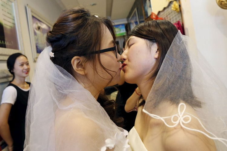 Một cặp đôi đồng tính nữ trong lễ cưới ở Trung Quốc. Ảnh: Reuters