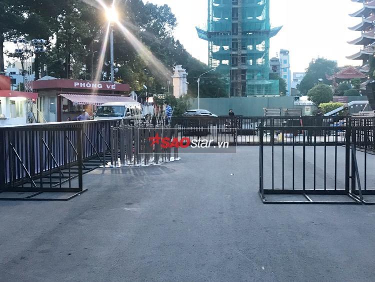 Bắt đầu phân loại khu dành cho các fan mua vé tham gia sự kiện thảm đỏ.