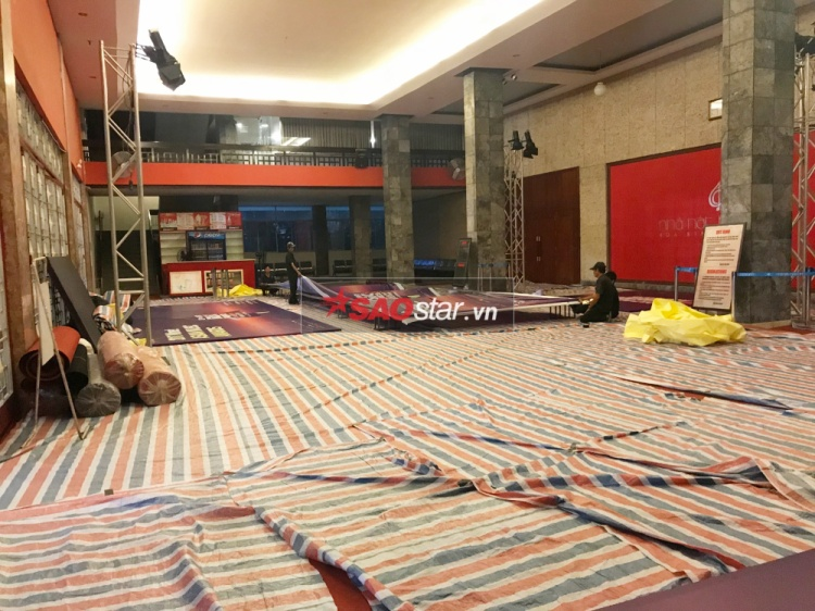 Bên trong sảnh nhà hát Hoà Bình, khâu chuẩn bị cũng đang vô cùng gấp rút.