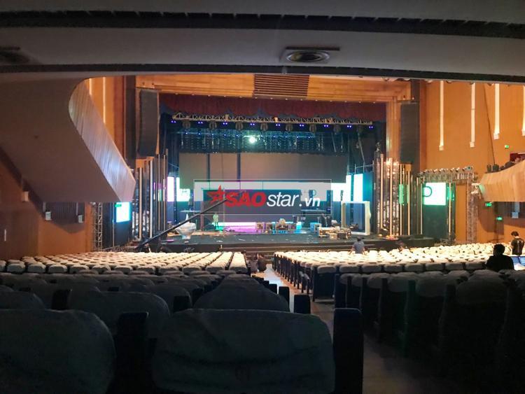 Màn hình led sân khấu đã sáng đèn.