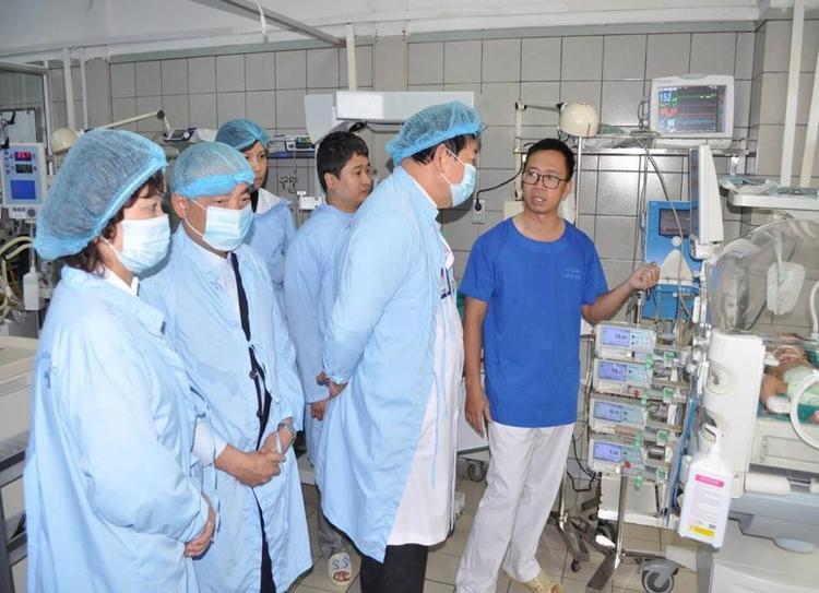 Các bác sỹ đang cố gắng hết sức để cứu các cháu bé được chuyển lên từ BV Sản nhi Bắc Ninh.
