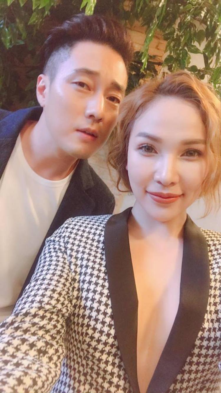 Diện vest siêu điển trai, quý ông So Ji Sub gây sốt phố đi bộ Nguyễn Huệ