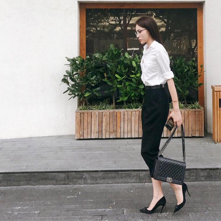 """Bộ đồ nhìn có phần """"công sở"""" này khi ướm lên người Duyên vẫn phong cách ngời ngời bởi vóc dáng hoàn hảo của cô nàng."""