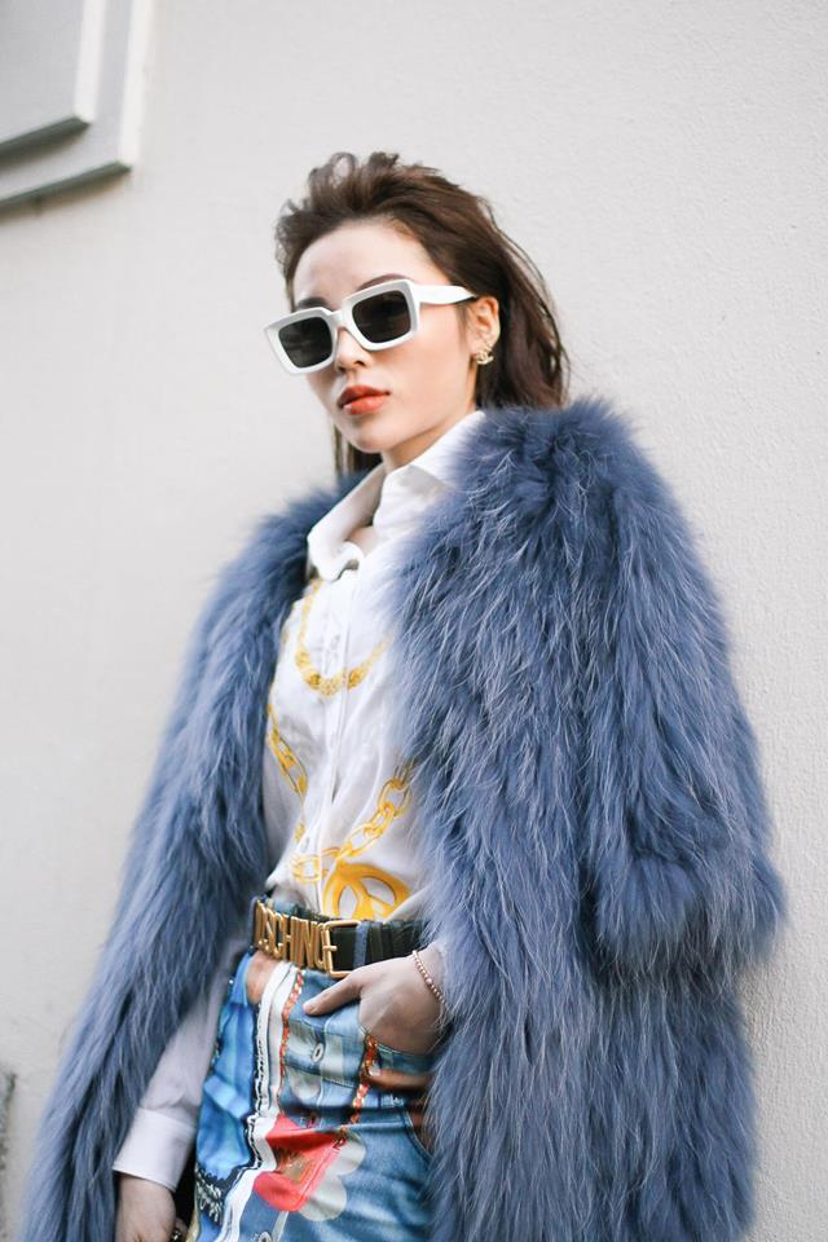 Mùa đông, cô nàng diện áo khoác lông trông cực ngầu thế này đây. Kỳ Duyên cũng kết hợp rất ăn ý kính to bản và thắt lưng Moschino với set đồ này.
