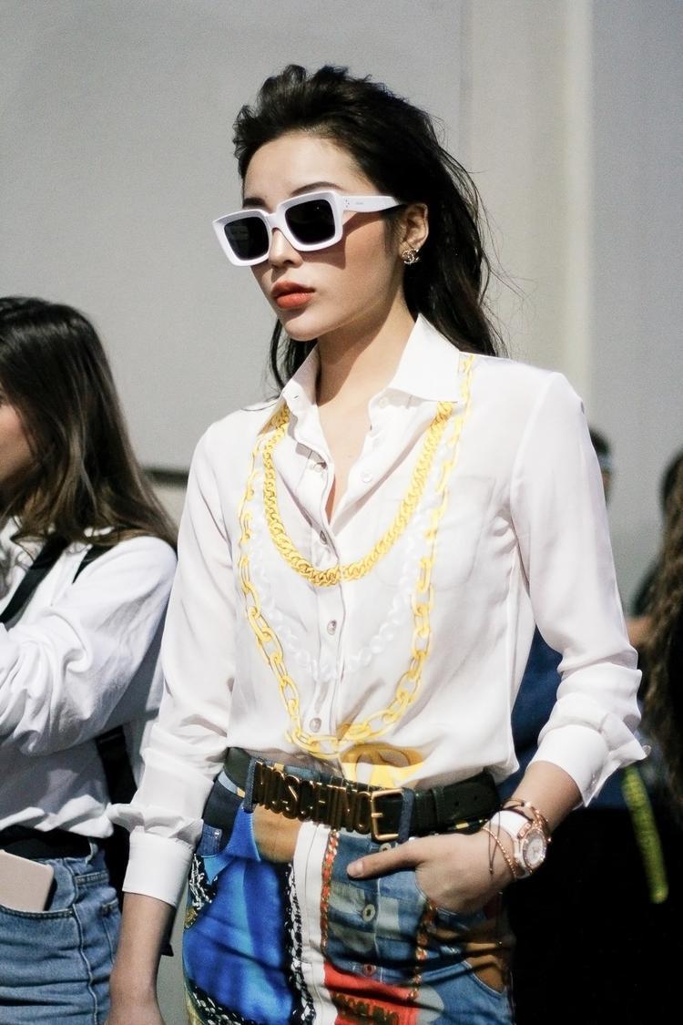 Kỳ Duyên cũng rất chú ý đến phụ kiện như kính to bản, đồng hồ đeo tay để hoàn chỉnh phong cách menswear của mình.