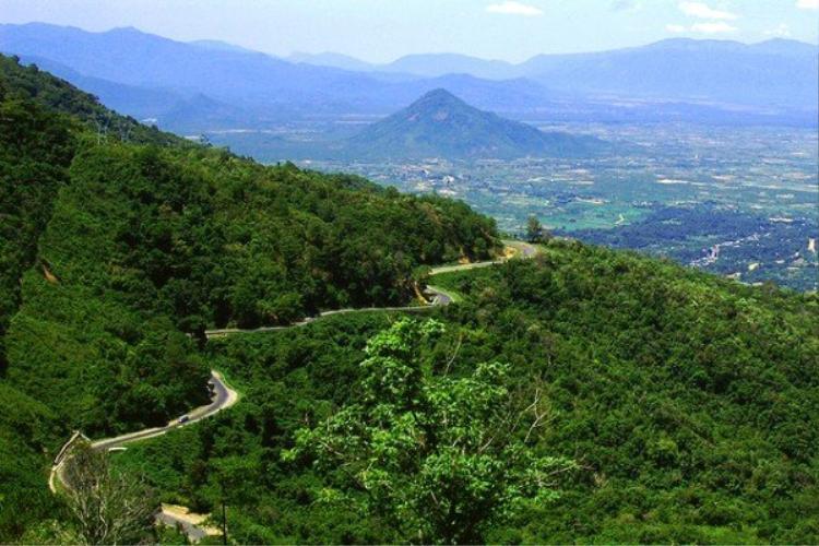 Cung đường vượt đèo như sợi dây thừng uốn lượn khắp núi non.
