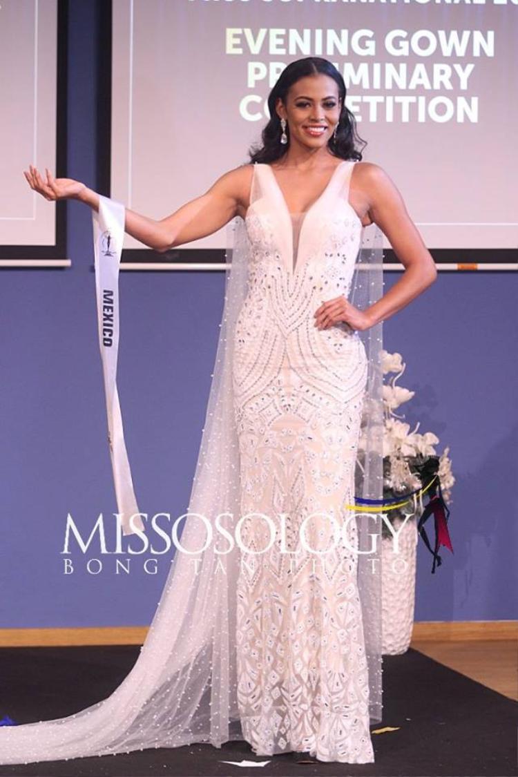Sắc trắng tinh khôi hòa quyện với vẻ đẹp ngọt ngào của đại diện đến từ Mexico khiến cô gây ấn tượng mạnh trong phần thi của mình.