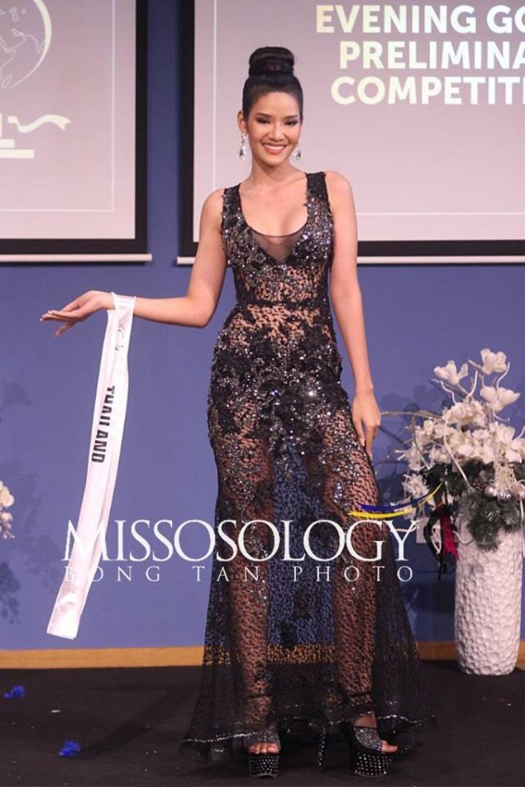 Đại diện Thái Lan khoe sắc trong bộ đầm xuyên thấu đen vô cùng gợi cảm. Chất liệu voan mỏng tạo vẻ đẹp nhẹ nhàng trong thiết kế trên.