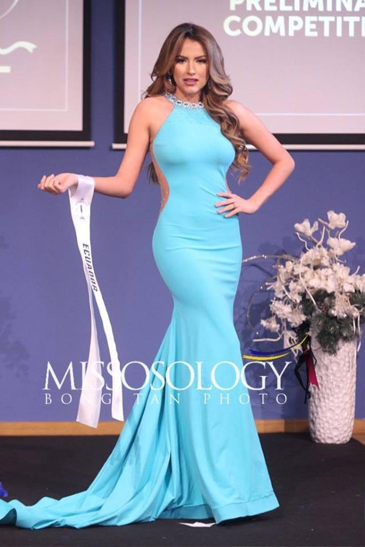 Màu xanh nước biển tươi tắn cùng với kiểu dáng hiện đại đã giúp cho hoa hậu Ecuador vô cùng nổi bật trên sân khấu. Chiều cao nổi bật cùng hình thể chuẩn là yếu tố quan trọng làm nên thành công cho bộ trang phục đẹp mắt này.