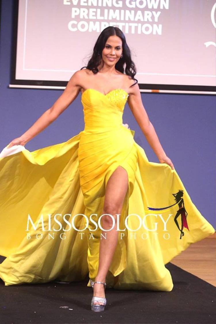 Philippines khoe vẻ đẹp vừa phải với bộ đầm tông vàng ấn tượng. Trong phần thi của mình cô có phần xử lí tà váy khá thông minh, linh hoạt tạo sự cộng hưởng cho bộ đầm cô đang mặc.