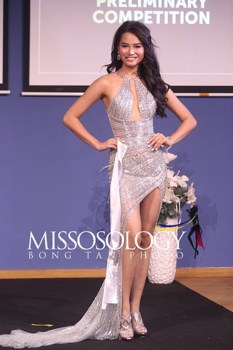 Thiết kế của đại diện Ấn Độ khá giống với người đồng hương đang chinh chiến ở Miss Universe. Kiểu dáng thanh lịch nhưng vô cùng sexy nhờ những đường cut-out táo bạo.