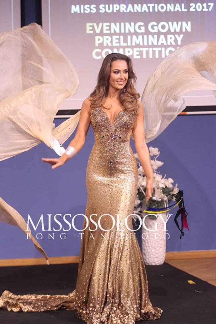 Hoa hậu Wales khoe vẻ đẹp quá đỗi nóng bỏng mặc dù thiết kế hoàn toàn không quá hở hang.
