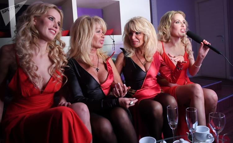 Được biết sự kiện này do cặp chị em Katya và Volga Korol (ở giữa), những người từng chiến thắng trong cuộc thi Hoa hậu song sinh Thế giới năm 2010, lên ý tưởng và thực hiện.