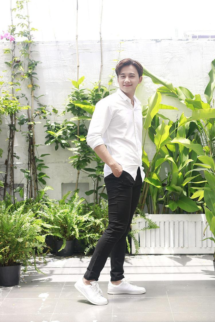 Đơn cử như chỉ với một chiếc áo sơmi trắng cùng jeans đen basic là đã đủ cho một bộ cánh lịch thiệp, trẻ trung.