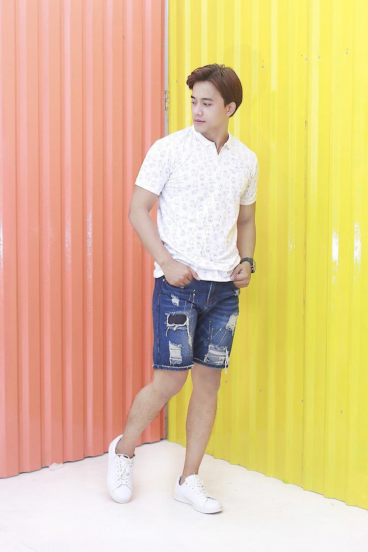 Những chiếcáo thun polo, T-shirt với họa tiết và màu sắc trẻ trung, cá tính kết hợp cùng với short kaki là một set đồ không thể bỏ qua.