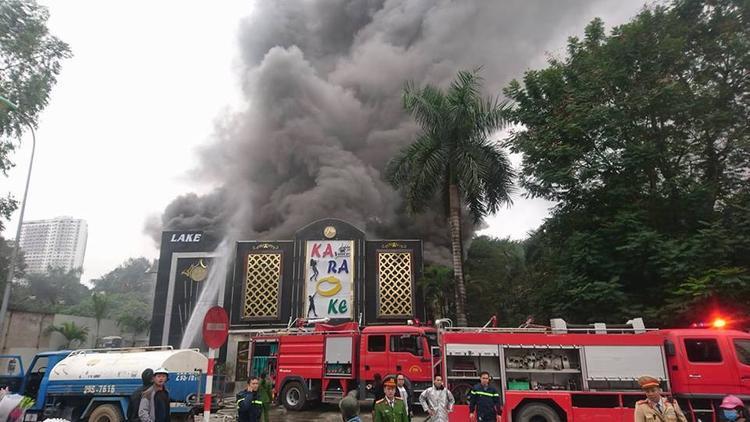 Đến hơn 10h đám cháy vẫn chưa được khống chế. Lực lượng PCCC phải dùng vòi rồng phun nước từ trên khu vực nóc của quán karaoke để dập lửa.