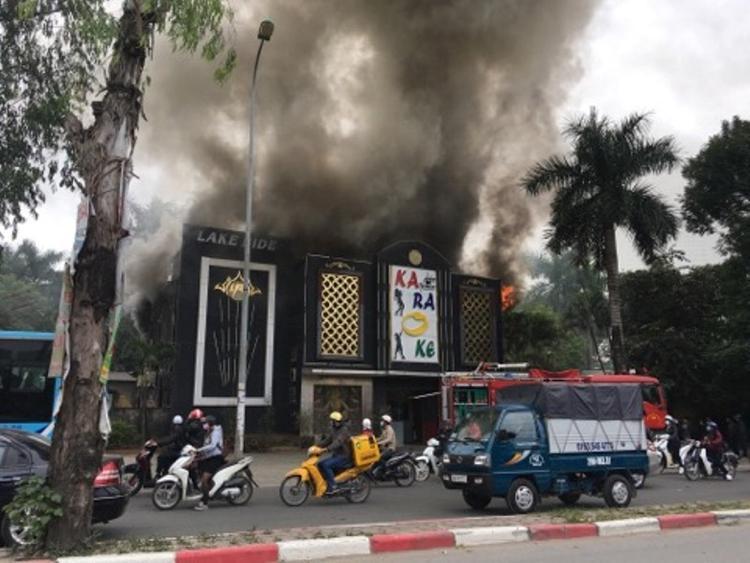 Cột khói cao hàng chục mét.