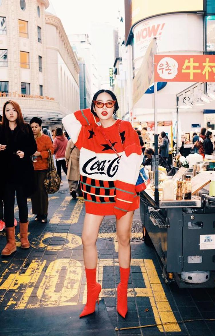 Đầu danh sách là nàng fashionista Châu Bùi với chiếc áo len oversize họa tiết bắt mắt. Không cần phải phối đồ quá cầu kỳ, chỉ cần một chiếc áo này và đôi bốt Balenciaga thời thượng, chẳng ai có thể chê được outfit của Châu Bùi.
