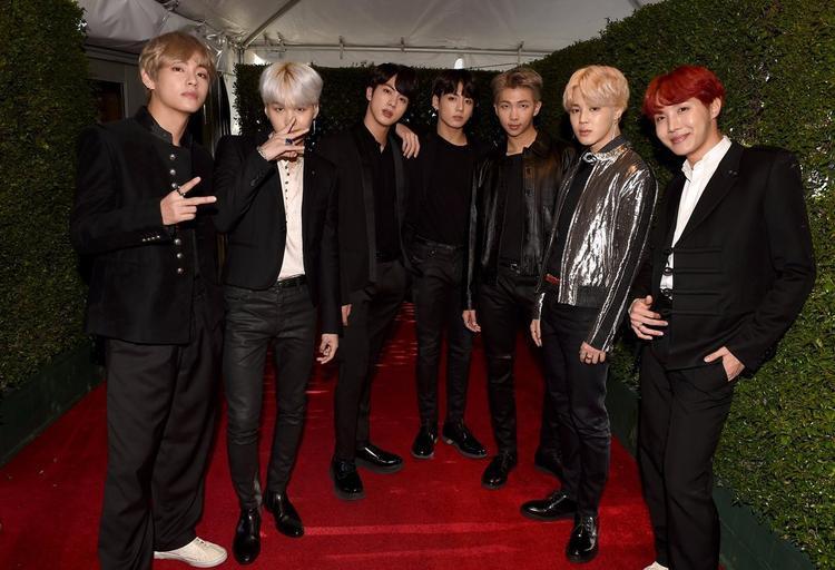BTS cũng vừa tạo nên kỳ tích khi trở thành những nghệ sĩ Kpop đầu tiên tham dự American Music Awards.