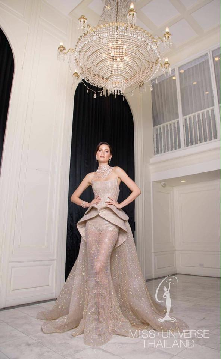Với chiếc váy lộng lẫy được dựng form công phu trong phần thi trang phục dạ hội, người đẹp hoàn toàn ghi điểm với BGK cũng như khán giả thế giới.