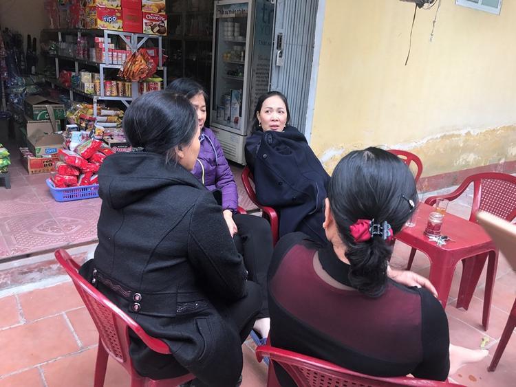 Nhiều người dân khu phố bàng hoàng khi nghe tin cháu bé 47 ngày tuổi bị bạo hành.