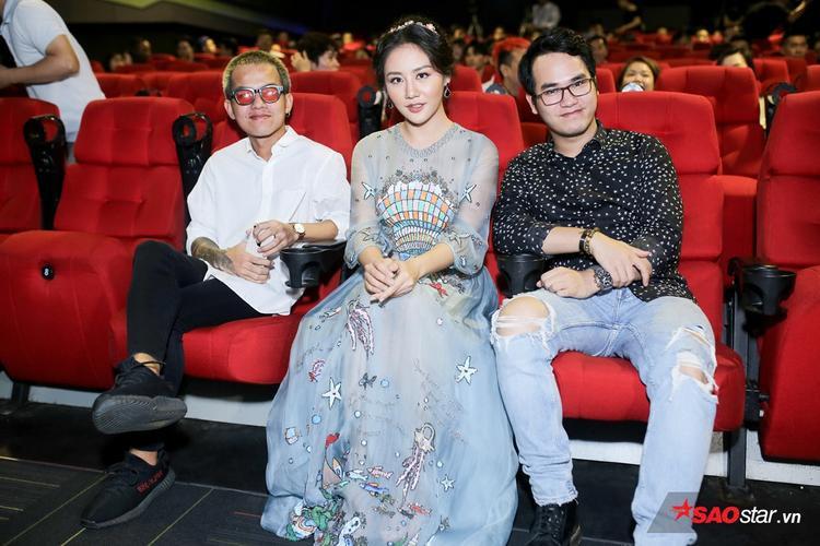 Lâu đài cát là sáng tác mới nhất của nhạc sĩ Khắc Hưng dành cho Văn Mai Hương. Nữ ca sĩ chia sẻ rằng mình đã khóc khi lần đầu nghe bản demo ca khúc này.