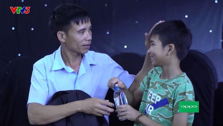 Thí sinh Đình Tâm và bố trong hậu trường Giọng hát Việt nhí 2017.