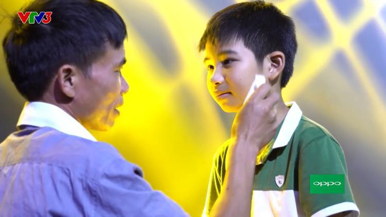 Hai ông bố đối lập và hành trình theo con dự thi Giọng hát Việt nhí