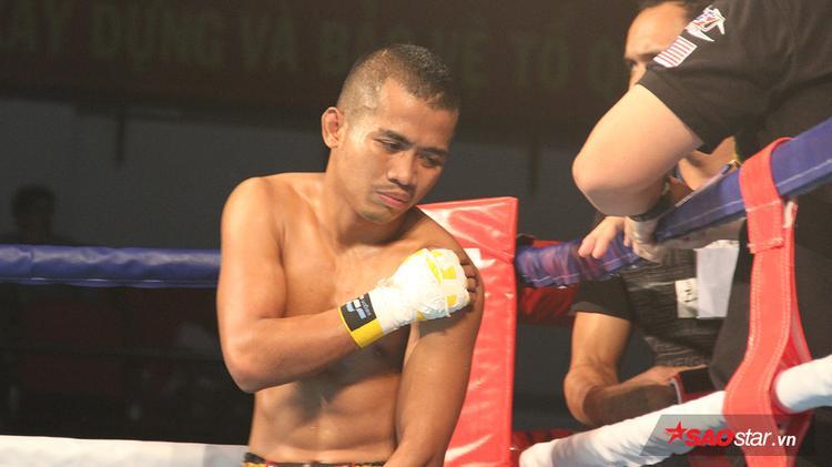 Võ sĩEjo (Malaysia) - tay đấm từng vô địch thế giới giải Muay Thái WCM nhăn nhó khi bị trật khớp vai và phải nhờ sự chăm sóc của các bác sĩ.