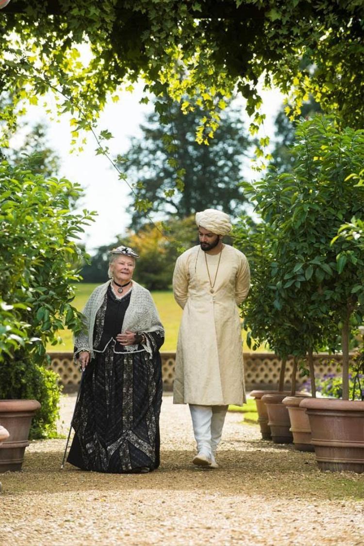 Những năm tháng cuối đời của Nữ hoàng không còn trôi qua trong tẻ nhạt và cô đơn nữa vì giờ đây đã có một Abdul sẵn sàng lắng nghe tâm sự của bà.