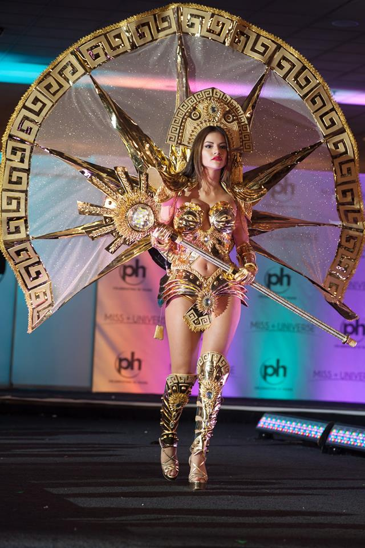 """Người đẹp Peru như một nữ thần với bộ quốc phục quá đỗi gợi cảm. Chiếc mấn đội đầu làm người xem liên tưởng tới """"Nữ hoàng Ai Cập""""."""