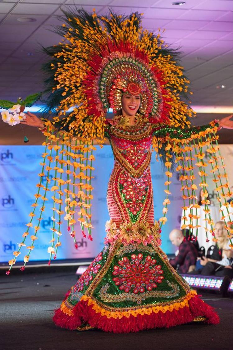 Hoa hậu Nicaragua vô cùng sặc sỡ trong bộ trang phục đầy màu sắc.Bộtrang phục gây ấn tượng với độ hoành tráng và kì công nhất nhì phần thi quốc phục. Nhìn người đẹp không khác gì một vị hoàng hậu quyền uy.