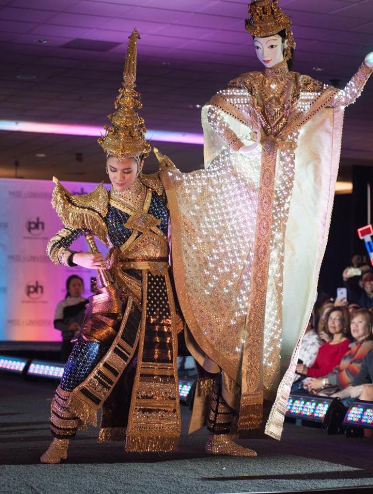 """Đại diện Thái Lan khiến khán giả xuýt xoa trước bộ quốc phục công phu được tuyển chọn từ cuộc thi thiết kế quốc phục cho đại diện Thái Lan ở Miss Universe.Thiết kế mang tên""""Chasing the light"""" (Dõi theo ánh hào quang). Thái lan cũng là quốc gia rất thành công khi liên tục """"ẵm"""" giải quốc phục đẹp nhất trong cuộc thi. Lần gần đây nhất là đại diện năm 2015 với bộ quốc phục lấy ý tưởng từ xe Tuk Tuk, một trong những phương tiện đặc trưng của đất nước này."""