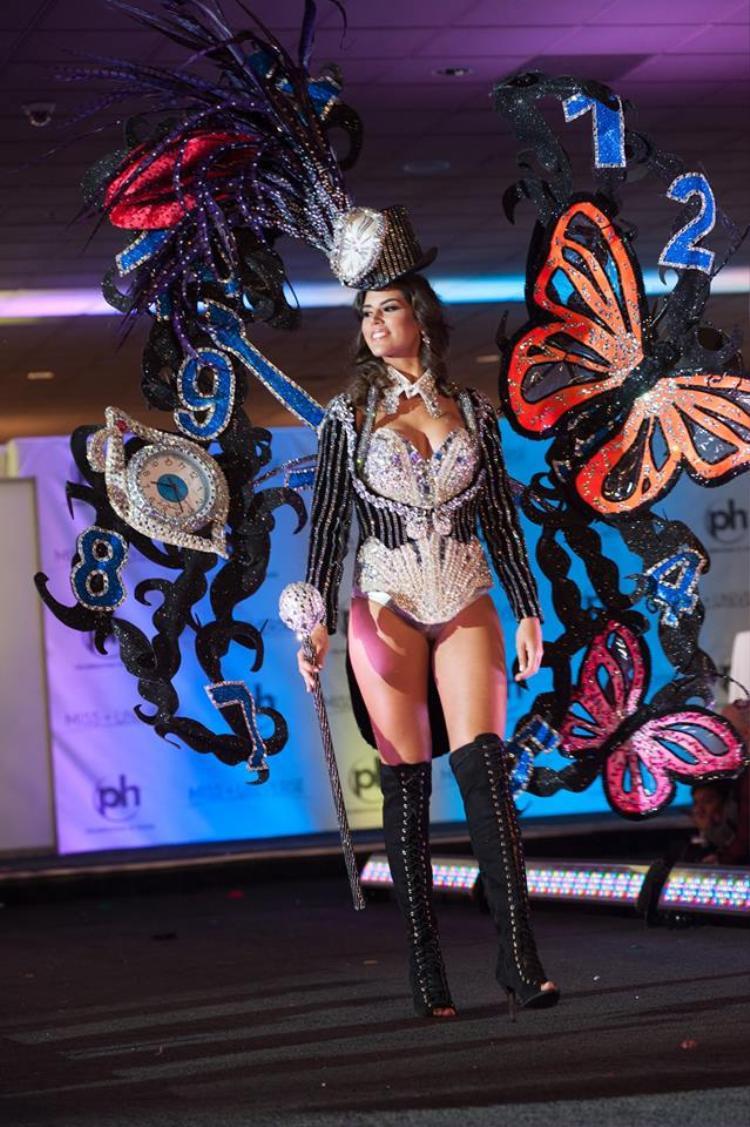 Bộ cánh của hoa hậu Tây Ban Nha được nhận xét vô cùng gợi cảm. Đôi cánh lấp lánh với cảm hứng từ những loài bướm thật sự gây được ấn tượng cho giám khảo và người xem.