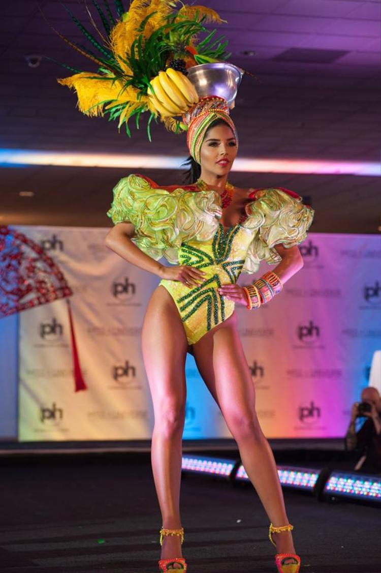 Laura González đến từ Colombia diện bộ quốc phục được lấy cảm hứng từ những bông hoa với tông vàng nổi bật cùng những chi tiết được gắn ở phần cánh tay khiến đại diện của đất nước Nam Mỹ tỏa sáng hơn bao giờ hết.